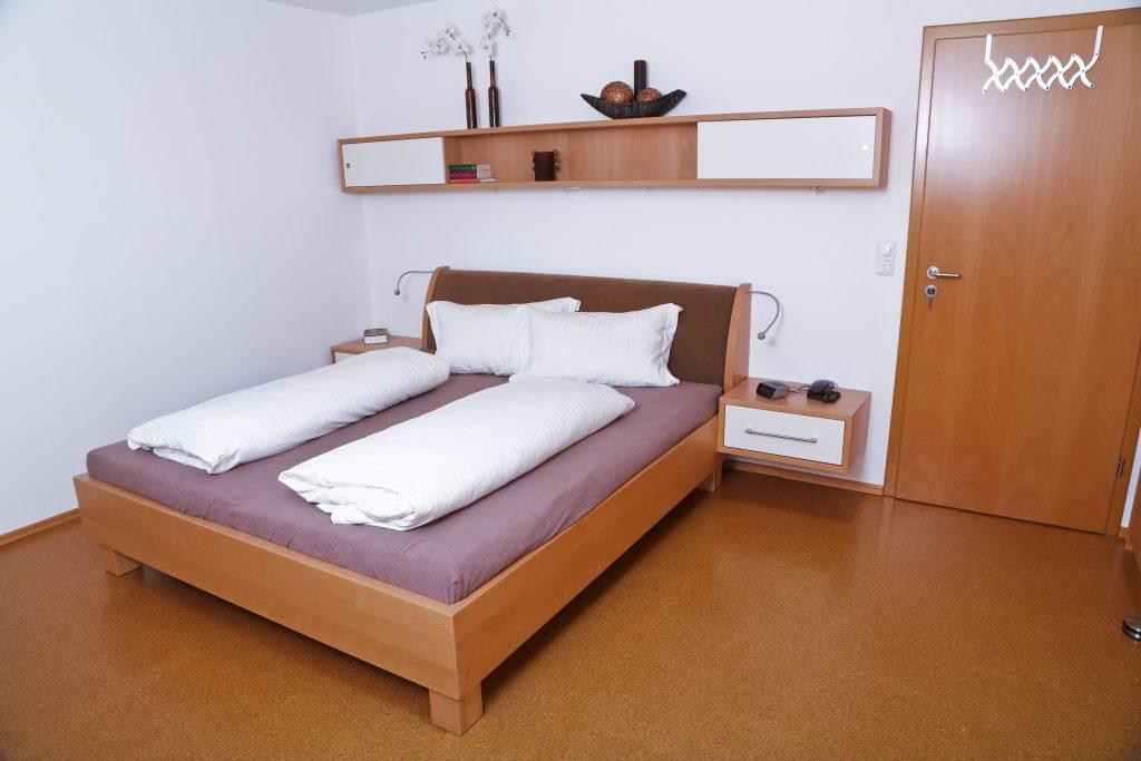 bett mit stoff berzogener r ckenlehne schreinerei birkner. Black Bedroom Furniture Sets. Home Design Ideas