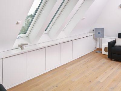 Dachbodenausbau · küche weiße küche mit dunkler holzarbeitsfläche
